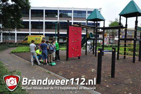 Jongen valt hard van speeltoestel aan de Groenstraat Waalwijk