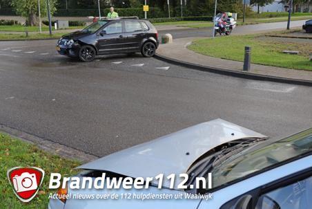Twee auto's botsen op elkaar aan de Taxandriaweg Waalwijk