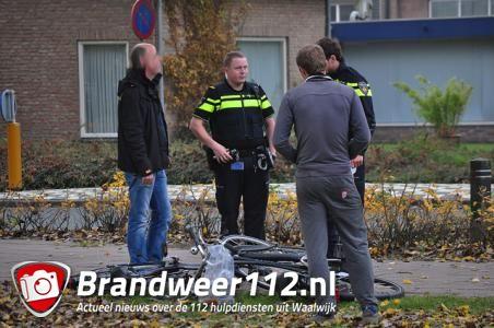Fietser botsen frontaal tegen elkaar aan de Bachlaan Waalwijk