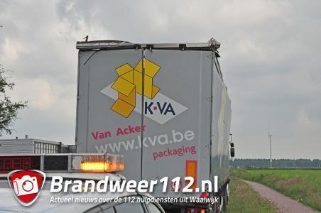 Vrachtwagen vast onder viaduct aan de Hertog Janstraat Waalwijk