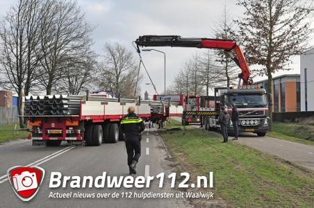 Trailer schiet van vrachtwagen af aan de Sluisweg Waalwijk