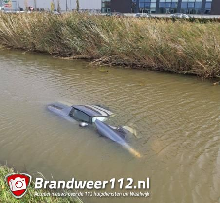 Man rijdt met zijn Dodge auto de sloot in aan de Midden-Brabantweg Waalwijk
