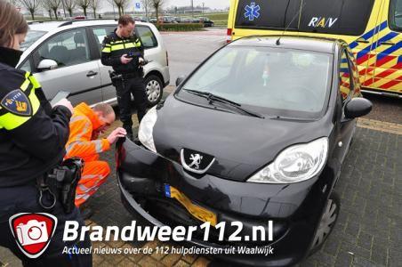 Man wijkt uit voor overstekende kat en ramt boom in Waalwijk