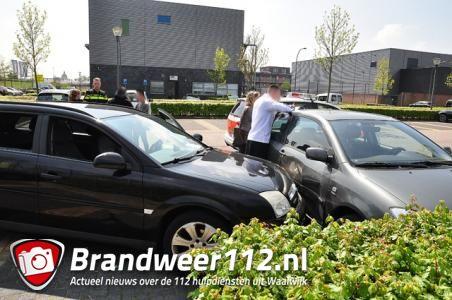 Vrouw ramt geparkeerde auto en vlucht weg met kind aan De Gaard Waalwijk