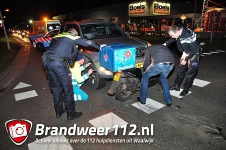 Pizzabezorger gewond bij botsing in Waalwijk: scooter klemvast