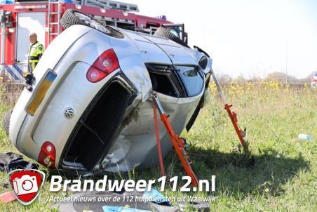 Auto belandt op zijkant in berm op A59 bij Waalwijk, bestuurster gewond
