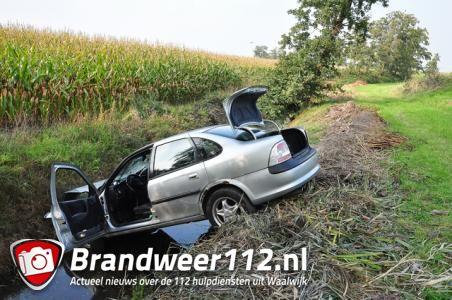 Dronken automobilist slingert over A59 en belandt met zijn auto in een sloot