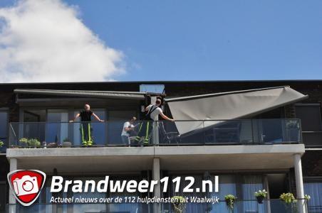 Groot zonnescherm breek af bij flat in Waalwijk: Vrouw heeft engeltje op haar schouder