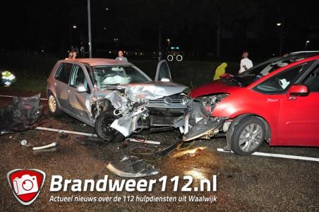 Auto's botsen frontaal op elkaar in Waalwijk, vijf mensen naar ziekenhuis