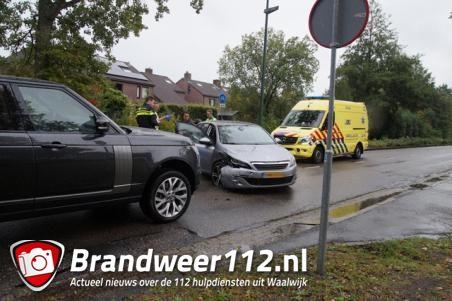 Drie auto's botsen op elkaar in Waalwijk, grote schade aan voertuigen