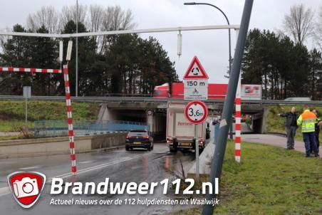 Weer ramt vrachtwagenchauffeur waarschuwingsbalk bij viaduct aan de Hertog Janstraat Waalwijk