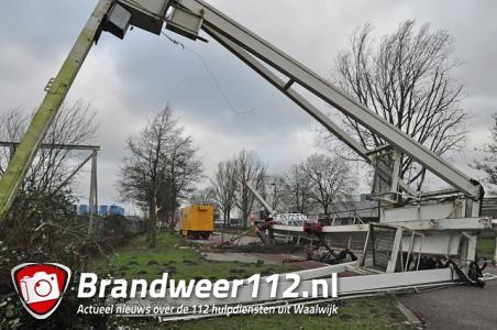 Grote kraan waait om in Waalwijk