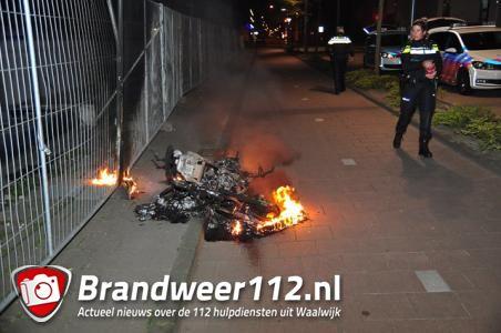 Gestolen scooter gaat in vlammen op aan de Wilhelminastraat Waalwijk