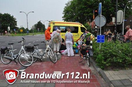 Vrouw valt hard van fiets aan de Ambrosiusweg Waalwijk