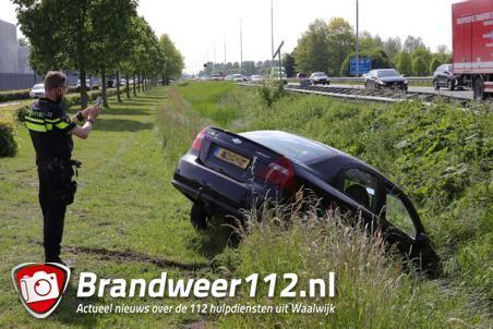 Auto in de sloot na aanrijding aan de Taxandriaweg Waalwijk