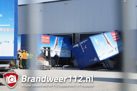 Container valt op uitladende man in Waalwijk, slachtoffer naar het ziekenhuis