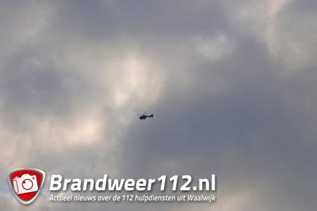 Politiehelikopter vliegt geruime tijd over de A59 Waalwijk