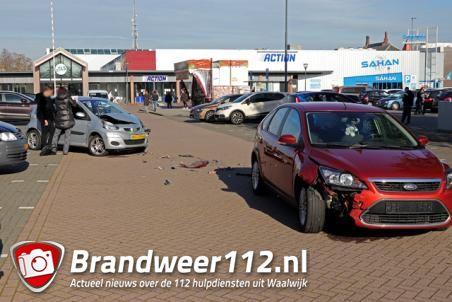 Twee auto's botsen bij winkelcentrum De Els Waalwijk