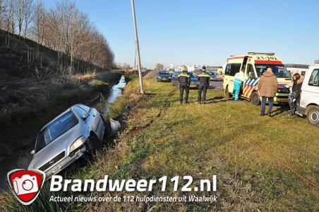 Auto in de sloot aan de Midden-Brabantweg Waalwijk