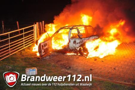 Auto verwoest na felle brand aan de Zomerdijk Waalwijk