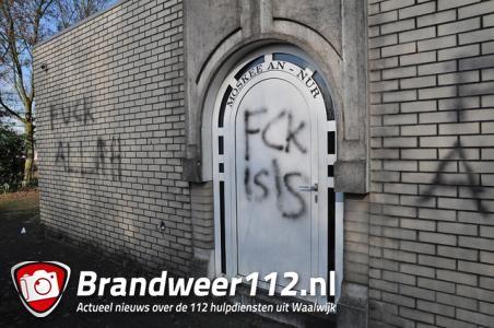 Molukse moskee in Waalwijk beklad met leuzen 'Fuck Allah' en 'Fuck ISIS'