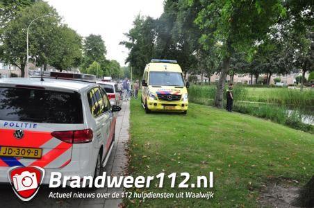 Hulpdiensten redden man uit water bij Beethovenlaan Waalwijk