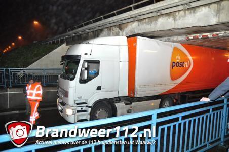 Weer rijdt vrachtwagen zich klem onder berucht viaduct in Waalwijk