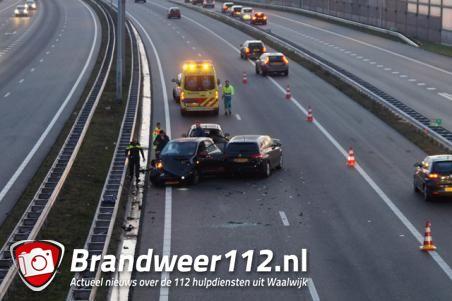 Aanrijding met drie auto's op de A59 bij Waalwijk