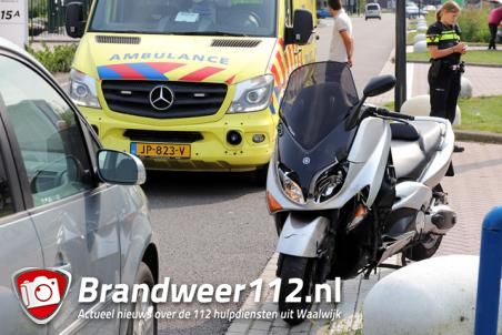 Motorrijder botst achterop auto aan de Professor van Het Hoffweg Waalwijk
