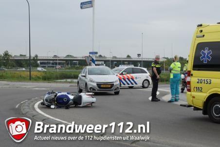 Bestuurder ziet motor over het hoofd op rotonde in Waalwijk, motorrijder raakt gewond aan been