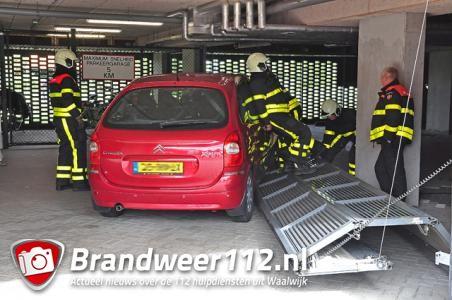 Man rijdt tegen garagedeur aan de Koetshuislaan Waalwijk
