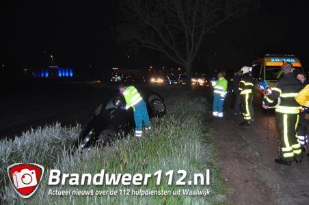Auto in de sloot aan de Meidoornweg Waalwijk