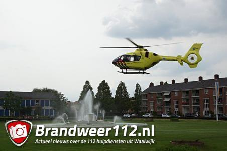 Traumahelikopter landt in Waalwijk nabij de waterfontein Hertog Janpark