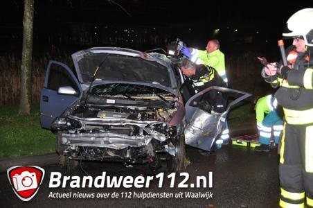 Automobilist rijdt 3 bomen uit de grond aan de Midden-Brabantweg Waalwijk