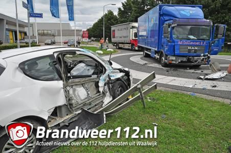 Vrachtwagen botst met auto aan de Kleiweg Waalwijk