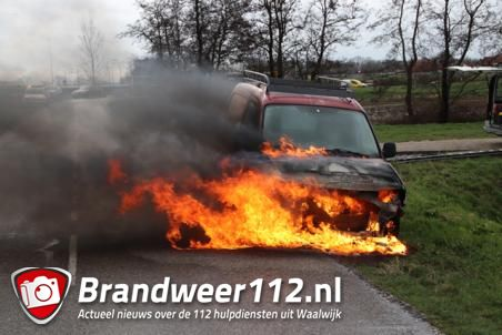 Auto gaat in vlammen op aan de Schutskooiweg in Waalwijk
