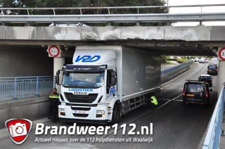 Weer vrachtwagen vast onder berucht viaduct in Waalwijk