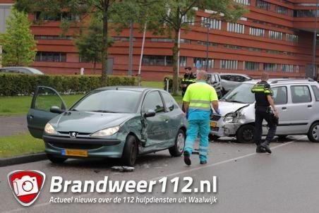 Drie auto's botsen tegen elkaar aan de Taxandriaweg Waalwijk