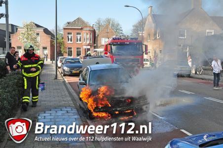Auto vliegt spontaan in brand tijdens rit in Waalwijk
