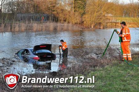 Bestuurder rijdt de sloot in aan de Gansoyensesteeg Waalwijk