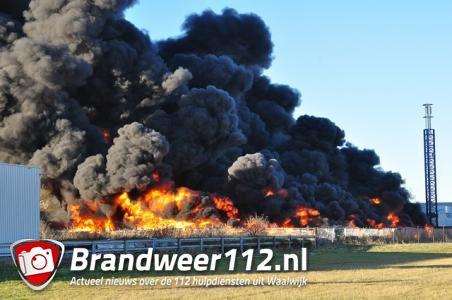 Sein 'brand meester' gegeven bij verwoestende brand bij kunststofgroothandel in Waalwijk