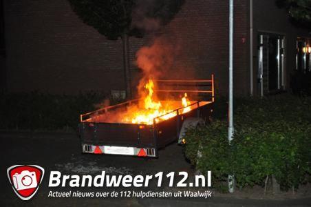 Aanhanger met afval in brand in Waalwijk