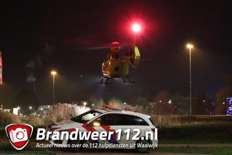 Traumahelikopter landt naast de A59 (Maasroute) Waalwijk