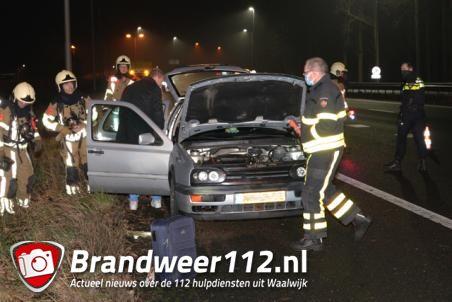 Kortsluiting zorgt voor rookontwikkeling in auto op de A59 (Maasroute) Waalwijk