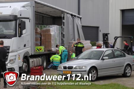 Man raakt zwaargewond na val van trailer aan de Vijzelweg Waalwijk