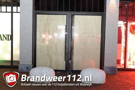 Modewinkel Van Dijk beschermt zijn winkel tegen rellen aan de Stationsstraat Waalwijk