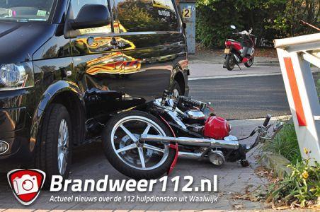 Motorrijdster gewond na aanrijding met bestelbusje aan de Elzenweg Waalwijk