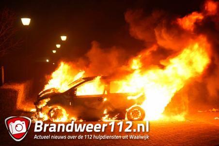 2 auto's gaan in vlammen op aan de Mgr. Bekkersstraat Waalwijk
