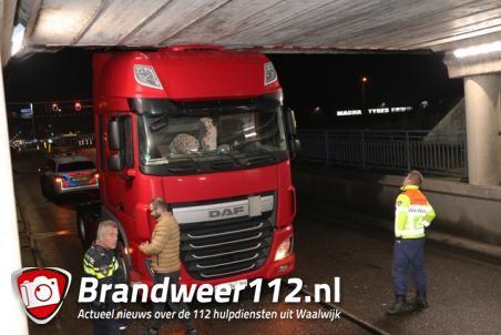 Weer rijdt een vrachtwagen zich klem onder het viaduct aan de Hertog Janstraat Waalwijk
