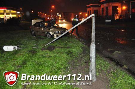 Automobilist ramt lantaarnpaal uit de grond aan de Prof. Asserweg Waalwijk